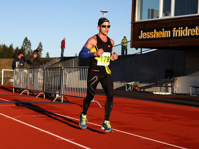 Det var ikke mye vinterlig over Jessheim Vintermaraton - NM - i 2013 selv om løpet gikk i slutten av november. Her er det Johan Holmgren som runder inne på stadion (foto: Bjørn Hytjanstorp).