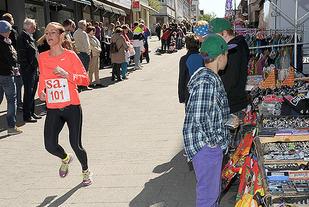 Lise Jansen vinner 5km i SA-løpet i den solrike utgaven i 2014. Foto: Rolf Bøhn