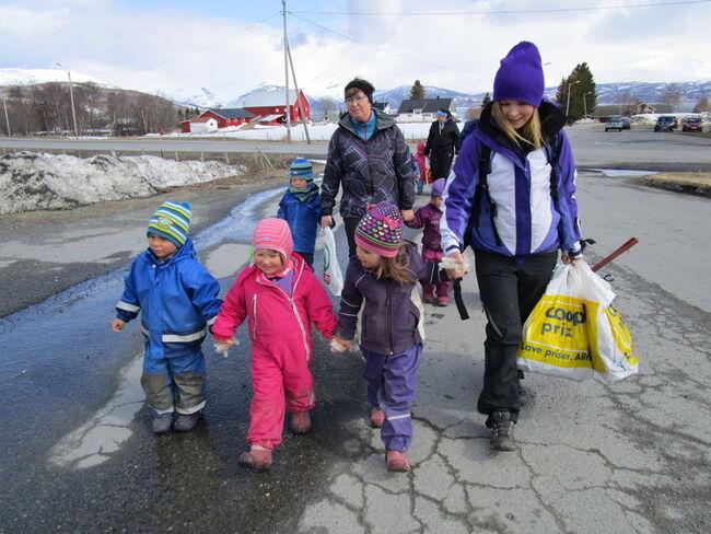 barnehageunger plukker søppel
