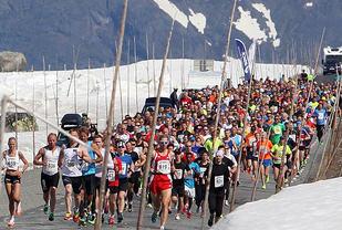 På toppen av Valdresflya: Start for halvmaraton mellom høye brøytekanter nesten 1400 m.o.h. (Foto: Kjell Vigestad)