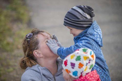Dame barns hender i ansiktet
