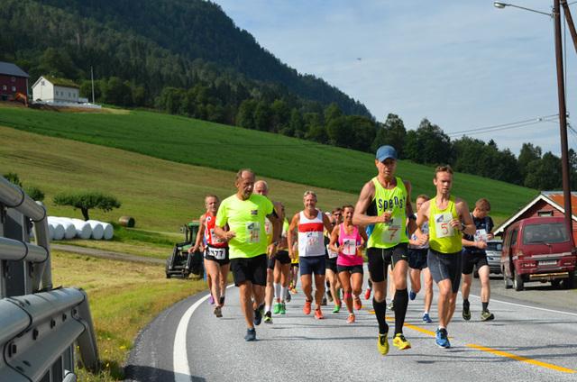Starten på maraton i Hornindalsvatnet Maraton 2014 i den nye løypen. Foto: Bastian van der Werve