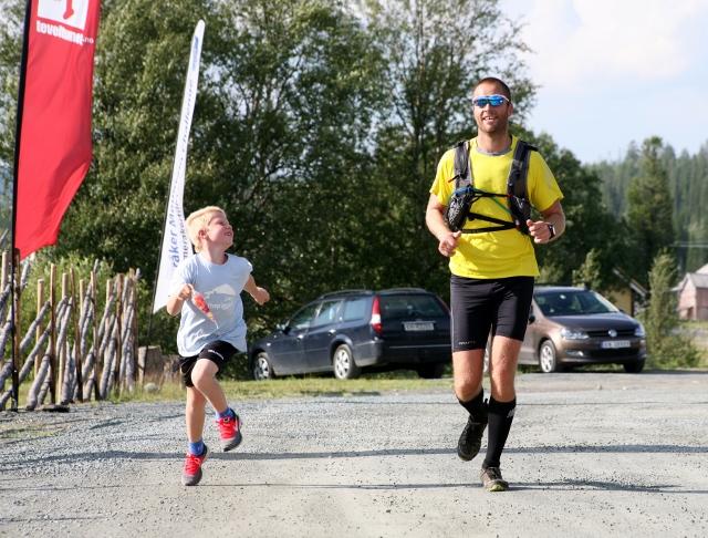 Vinner-maraton_Svein-Olav_Lindseth-og-sønn-løper-over-mål (640x486).jpg