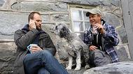 Programnemdmedlem Stein Torleif Bjella, hunden Lara og festivalsjef Ulf Arne Johannessen.