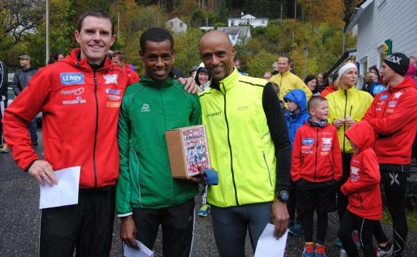 Bjarte Viks eliteløp i 2014: Frå venstre: Bjarte Vik på 3. plass med 16,25, vinnar Mulugeta Zewde på gode14,29 og på 2. plass Alemayehu Sitotaw 16,15
