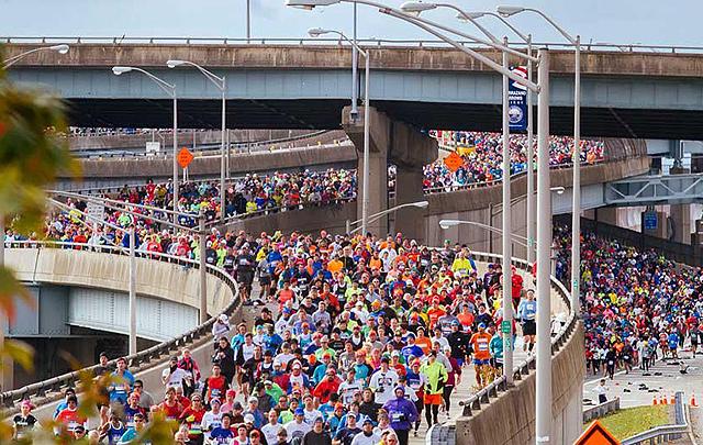 Toppbildet: 50 869 løpere som kommer i seks bølger fyller Veranzo-broen, som går mellom Staten Island og Broolkyn. Alle avkjørsler er i bruk, så det ser litt kaotisk ut. (Foto: NYRR)