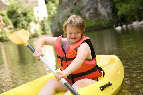 Jente med Downs syndrom som padler