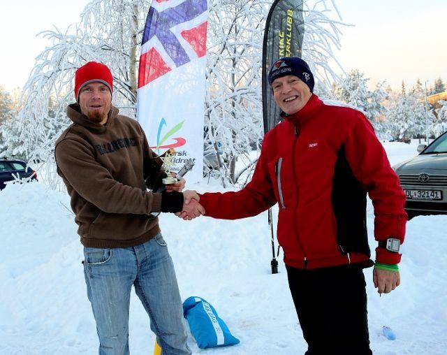 Fjorårsvinner Paul Raistrick gratuleres med seier og ønskes godt nytt år av arrangøren.