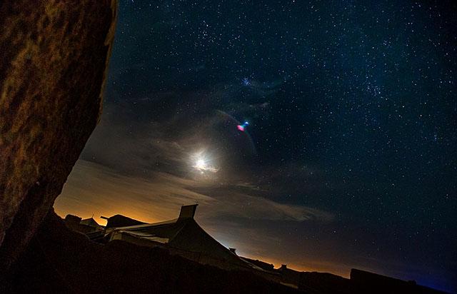 refuge_camp_by_night_1454772_foto_Los-Carras_n.jpg
