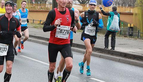 Alf B. Dahl (6776) fra Tromsø løp i fjor Berlin halvmaraton på 1.21.39, en tid som ga 2. plass i klasse M60-64 år. Løpet var samtidig det beste blant menn på veteransiden i fjor ut fra veterantabellene (Arkivfoto/Kjell Vigestad).