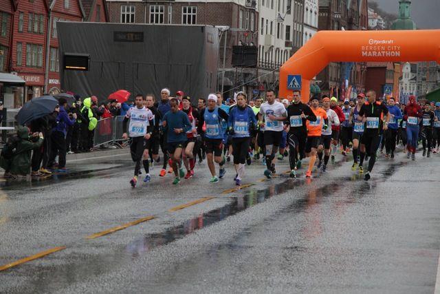 Starten er på Bryggen i Bergen og først ute var maratonløperne