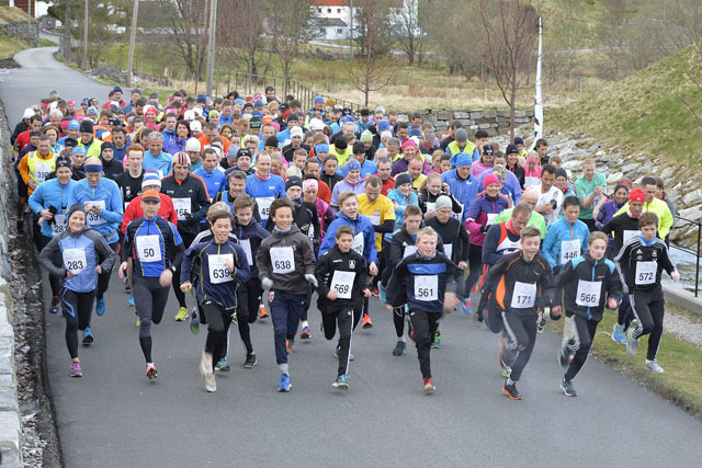 Startfeltet med 300løpere til start. De unge løperne tar teten.  Foto:   Anders Lundberg