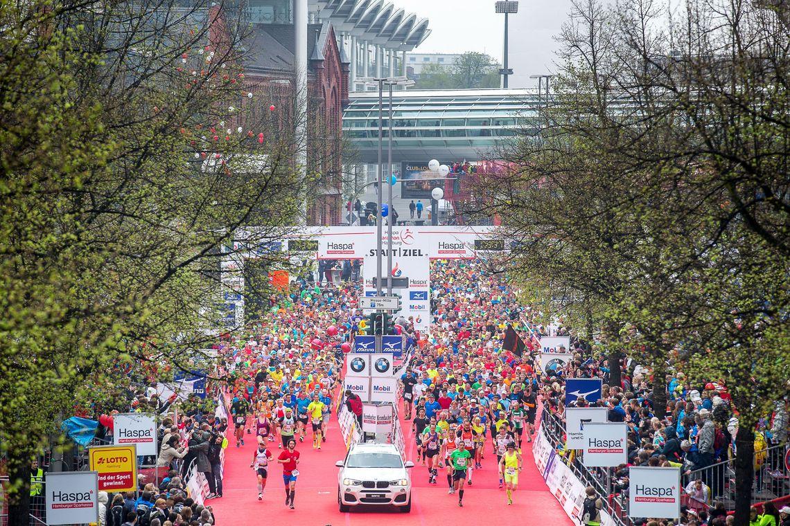Over 12 000 løpere startet på maratonløpet i Hamburg (foto: Hochzwei)