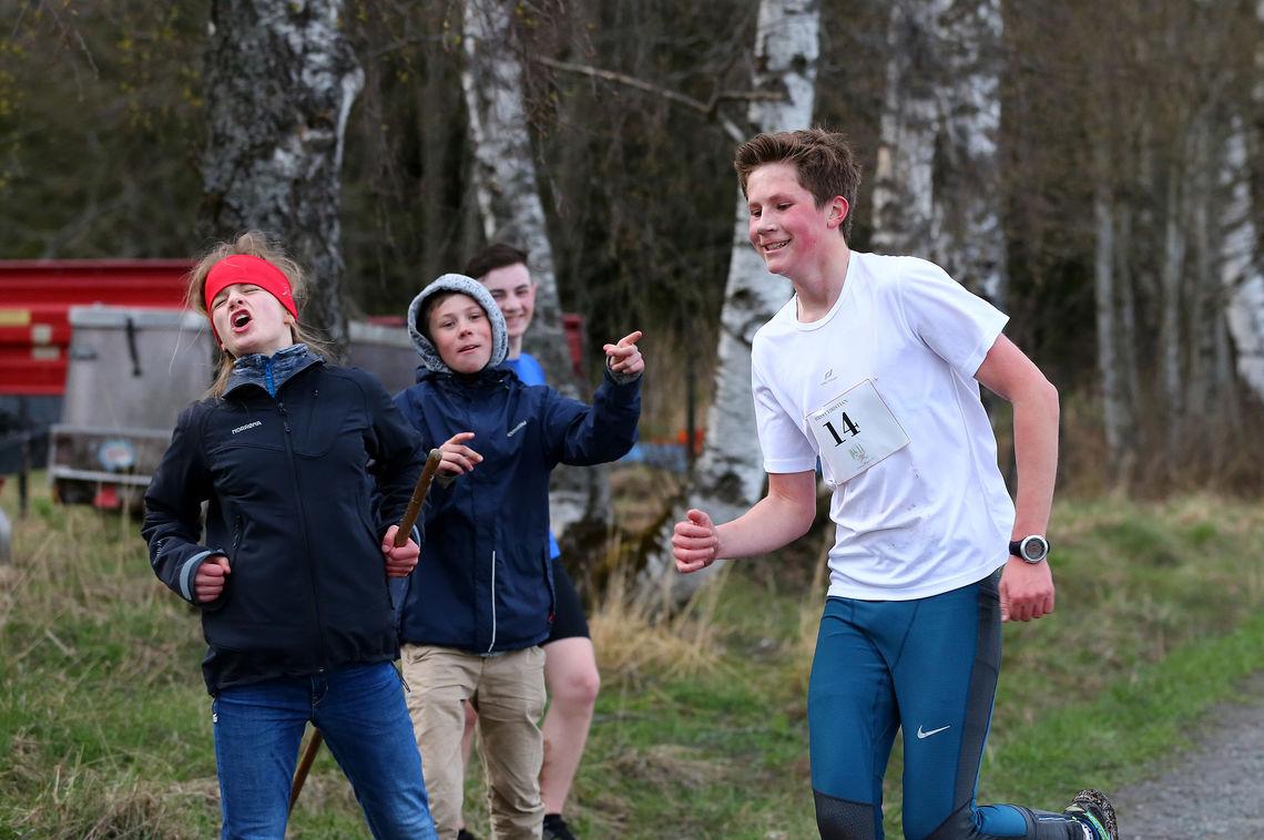 Heiagjengen er på plass og gir oppmuntrende rop til Hans Christian Stensby (foto: Kristian Brenni 13 år).