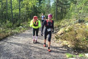 Cathrine Holme fra Romerike Ultraløperklubb ble nummer to i fjorårets løp og er allerede påmeldt årets løp på 50 miles. Fjorårsvinner Henriette Brynthe er her sammen med Cathrine på veien opp mot Holmestrands høyeste punkt, Hvittingen.