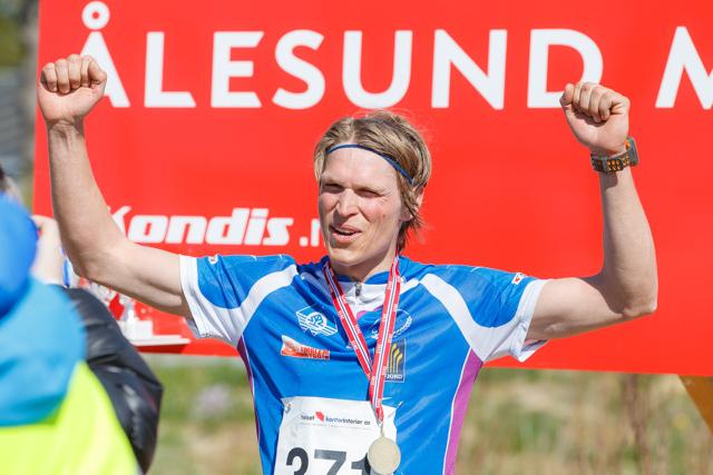 Så glad blir Asgeir Bakken Rognstad etter å ha vunnet maraton i Ålesund. Foto: Pål-André Måseidvåg