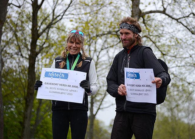 Begge vinnerne, Ole Herman Røhr og Dorte Foss, får sine premier. Foto: Rune Christiansen
