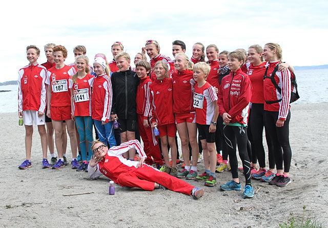 Vidar hadde med utrolige 32 deltakere denne tirsdagskvelden på Bygdøy.  Her er det lagbilde på stranda etter løpet med mange av neste generasjons av løpere. Foto: Heming Leira