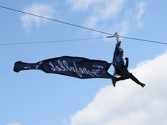 Som oftest heises flagget opp når store ting skal skje. I Trappeløpet heistes flagget først ned, så ble det løpt opp igjen. Foto: Heming Leira