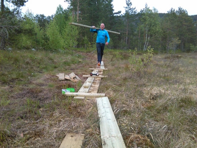 01-Leif og Helge laget en del plankestier over myra fredag kveld. (640x480).jpg
