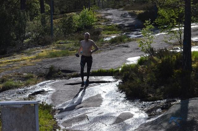 36-Maruis Jørgensen på svaberg som er i ferd med å tørke. (640x424).jpg