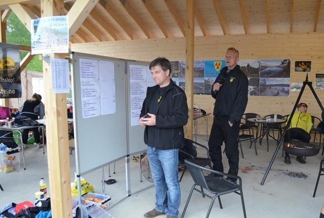 39-Løpsleder Arild Jortveit og speaker Hølje Haugsjå klare til å registrere en ny runde på en deltager. De måtte følge nøye med i et halvt døgn. (640x431).jpg