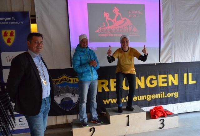 44-Ordfører i Nissedal Halvor Homme delte ut 12-timars gulltrøye til øyunn Bygstad. (640x434).jpg