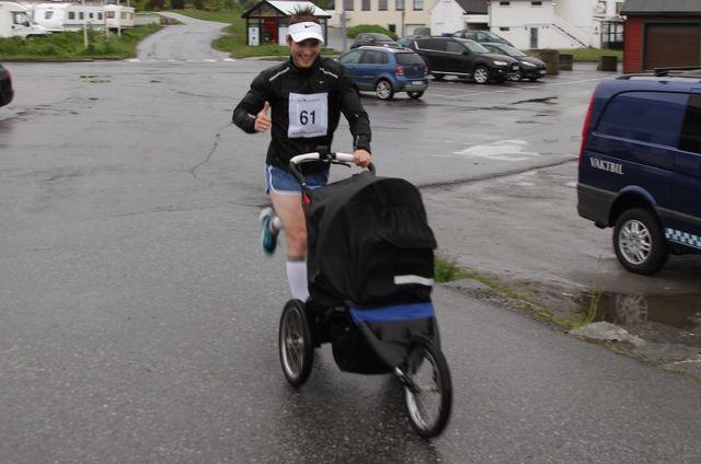 Hans Jakob Hunnes med barnevogn i 1. løp av Ålesund sommerkarusell
