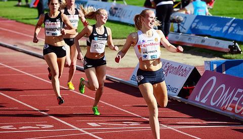 Ingrid Halvorsen Folvik vinner det nasjonale heatet 1500 m. under Bislet Games i 2015 (Foto: Erling Pande Braathen)