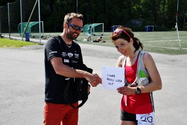 Jeanette Vika gratuleres av løpeleder Ove Haugen
