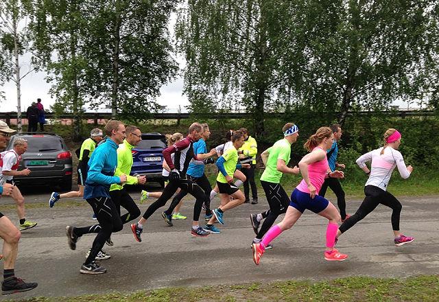 Ida Gjermundshaug Pedersen tok teten ut fra start og kom inn på 14.42. Kan det være løyperekord for damer i Moskogen, tro? Henning Mortensen i gult er her nr. 4 fra høyre. (Foto: Hallgeir Haug)
