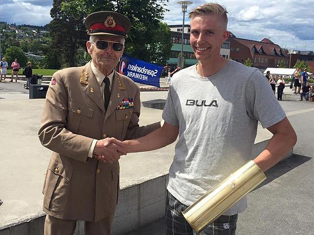 Espen G. Rusten med artillerioberstens pokal som dermed vandrer videre etter 6 år i Sentrumsgateløpet.  (Arrangørfoto)
