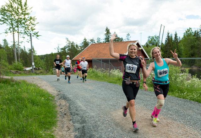 Hege Kvitting og Beate Elvebakk koser seg i Nordmarka Skogsmaraton rett nord for Skjærsjødammen. Foto: Erling Pande Braathen.
