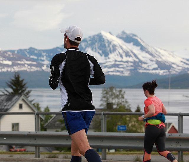 Vakre omgivelser: Med fjord og snøkledte fjell å se uansett hvilken retning man løp i. Og med en midnattssol som ofte tittet fram fra et lett skydekke. Dette var Tromsø på sitt aller flotteste. (Foto: Kjell Vigestad)
