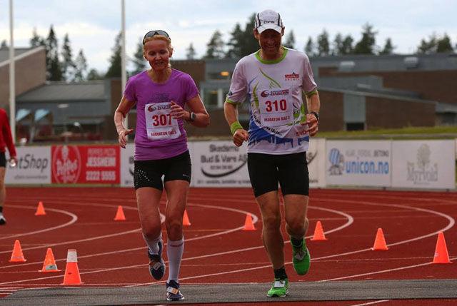 Louise SKak og Nils Hjelle kommer smamen til mål på maratonløpet innlagt i Jessheim 6-dagers på tirsdag. Foto: Bjørn Hytjanstorp