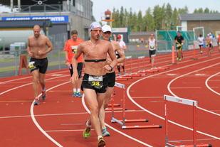 Bildet viser langdistanseløpere på Jessheim friidrettsstadion i juli 2014 (foto: Olav Engen).