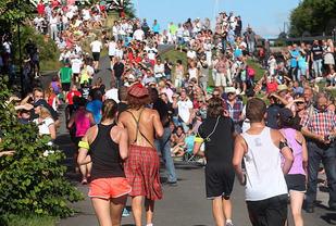 Folkeliv: Det er tett med både løpere og publikum i motbakkene opp langs slusene. Her er det Tour de France-stemning. (Foto: Kjell Vigestad).