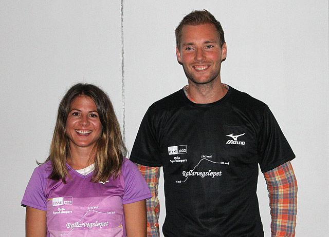 Adele Johannessen og Erik Sagvolden fikk overrakt hver sin ledertrøye etter å ha vunnet førsteetappen. (Foto: Runar Gilberg)