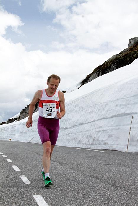 Inge Asbjørn Haugen passerer snøskavlene på Suleskar i sitt 450. maratonløp i 2013.