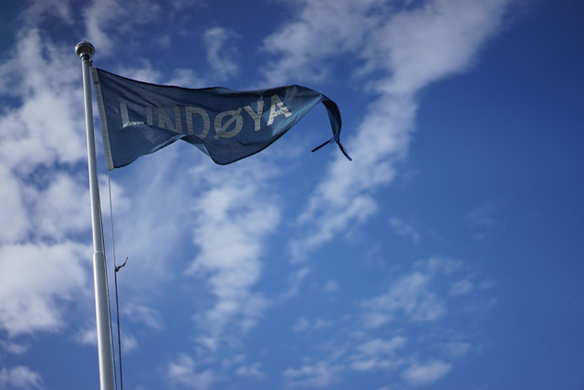 Lindøya-flagget vaier i vinden det er klart for det andre Lindøya Rundt løpet. Foto: Frode Klevstul