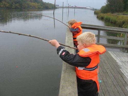 Barn som fisker ved Torva