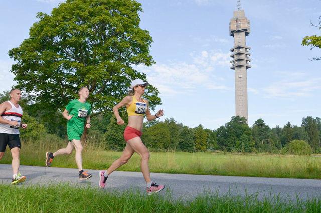 Kajsa Berg satte svensk rekord på 50 km i Stockholm Ultra lørdag. I bakgrunnen ser vi det 155 m høye Kaknästornet, svensk knutepunkt for radio- og TV-signaler. (Foto: Arrangøren)