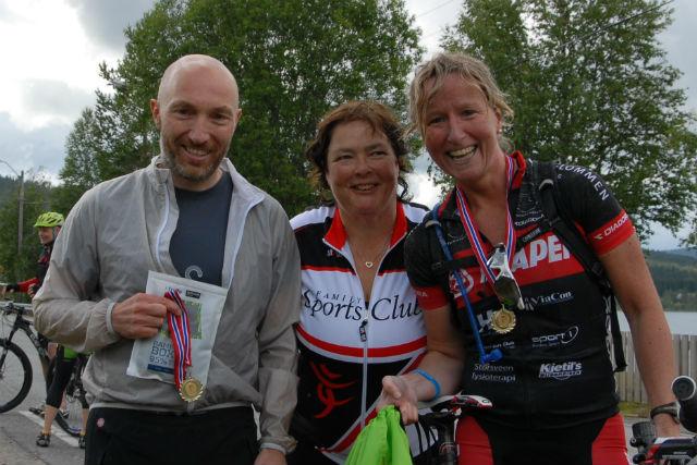 Frode Røsand, og Lill Hege Bjørklund Heramb med initiativtaker til innsamlingsaksjonen Rita Fossmoen mellom seg. (Foto: Dina Jørgensen, Søre Osen IL)
