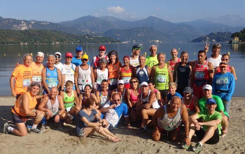 Fellesbilde av deltagerne som skulle løpe 10 maraton på 10 dager, vi kan skimte Titina bak nr 15 (foto: Paolo Gino).