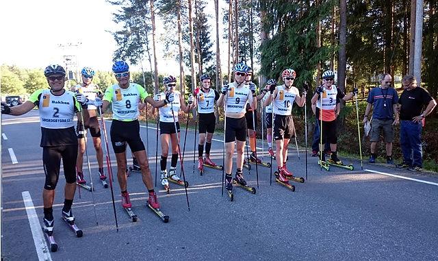 Kjell Nystuen (helt til høyre) fikk følge av 11 andre rulleski-entusiaster i sommersola i Julussdalen.