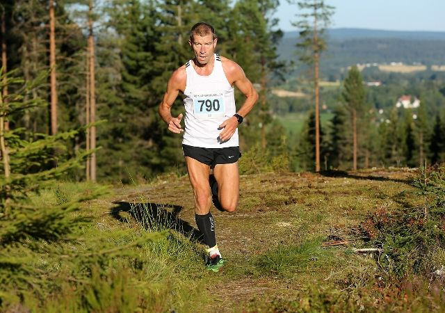 Frode Engelund i suveren tet litt før halvveis i løpet. Til høyre på bildet kan du skimte Eidsvollbygningen (Bjørn Hytjanstorp).