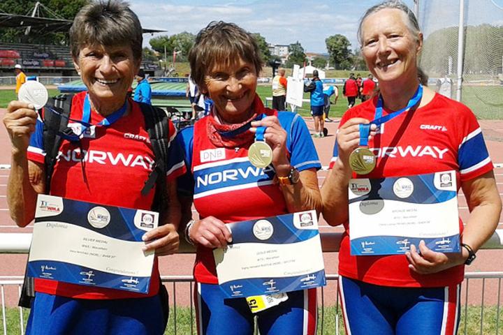 Vera Nystad, Signy Henden Rustlie og Oline Yksnøy  med medaljer i VM for veteraner i Frankrike 2015 . (Foto: Turid Veggeland)