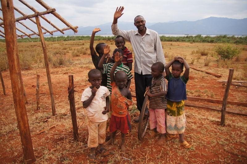 Samwel og barn i Jipe Masaini barnehage og skole