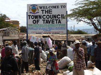 Dette skiltet møter oss når vi kommer til Taveta