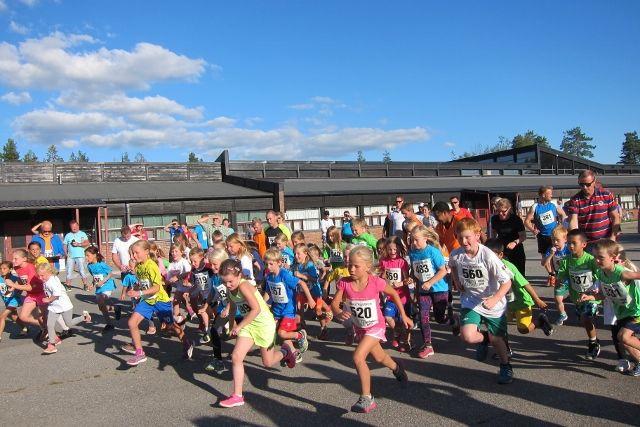 Fra starten på Preståsrunden 5,6 km (foto: Torill Blakkisrud).